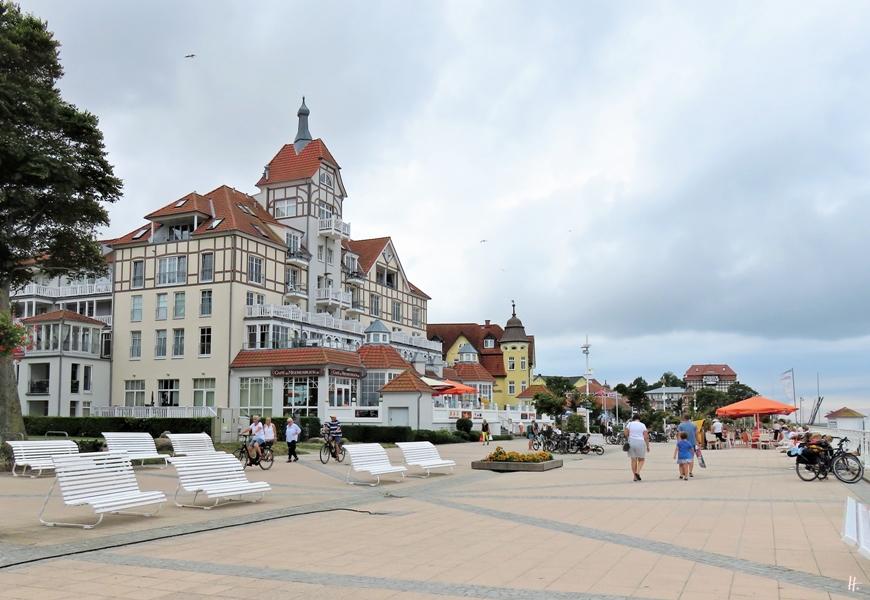 2018-08-17 mittags, Kühlungsborn, Baltic Platz mit Hotel 'Schloss am Meer' (neues Hotel nach dem Vorbild des altes Kurhauses von Arendsee /Ostsee)